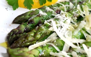 Przepis na szparagi z serem parmezan