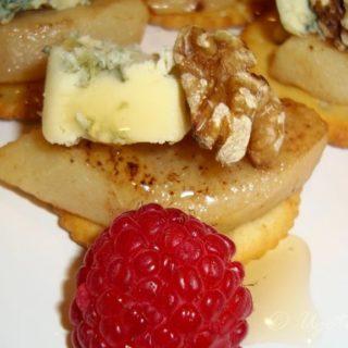 Karmelizowane gruszki z serem pleśniowym i orzechami