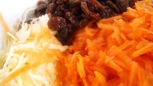Surówka colesław z rodzynkami i curry
