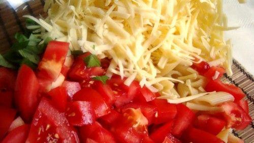 Sałatka z pomidorami i serem