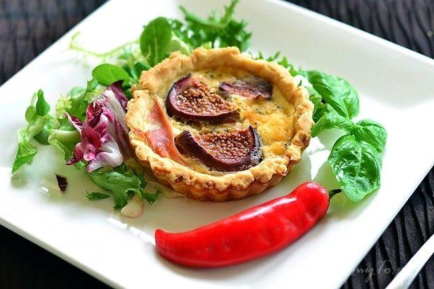 Tartaletki z owocami figi, szynką parmeńską i serem pleśniowym