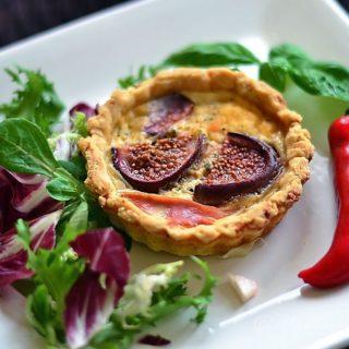Tartaletki z szynką parmeńską i serem pleśniowym