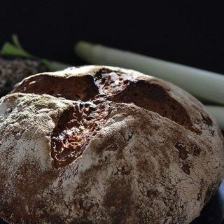 Chleb z porem karmelizowanym i pestkami