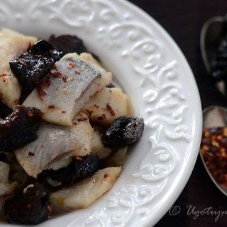 Korzenne śledzie ze śliwkami, chili i olejem rzepakowym
