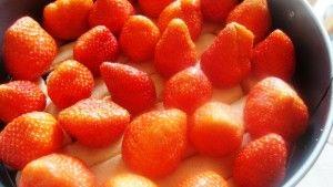 Przygotowanie sernika na zimno z truskawkami