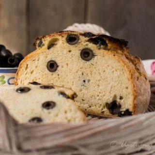 Prosty chleb z oliwkami