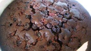 Przygotowanie ciasta czekoladowego z owocami