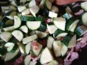 Przygotowanie makaronu z boczkiem i cukinia