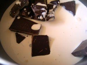 Przygotowanie ciasta czekoladowego z kremem