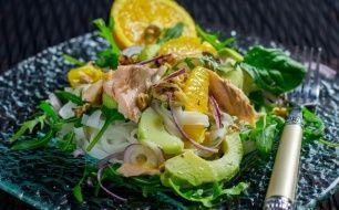 Sałatka makaronowa z łososiem pieczonym