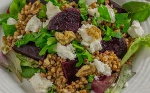 Sałatka z kaszą gryczaną, buraczkami, orzechami i serem