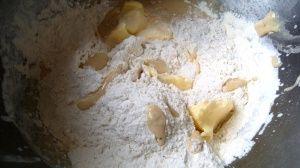 Przygotowanie chałki drożdżowej z kardamonem