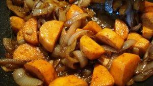 Przygotowanie potrawki ze słodkich ziemniaków