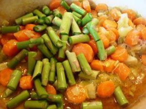 Przygotowanie potrawki z indyka ze szparagami